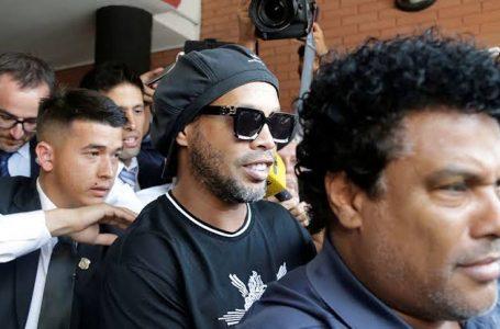 LIBRE RONALDINHO TRAS DECLARAR POR OCHO HORAS EN FISCALÍA PARAGUAYA