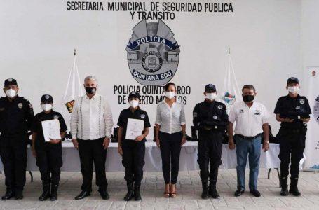 ENTREGA LAURA FERNÁNDEZ UNIFORMES A ELEMENTOS DE LA POLICÍA QUINTANA ROO DE PUERTO MORELOS